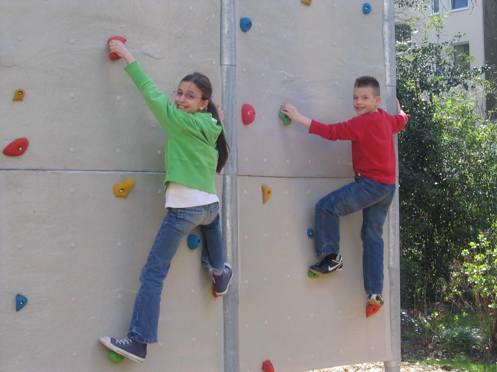 Kletterwand im Schulgarten